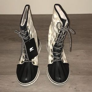 Sorel white & gray camouflaged lace-up snow boot